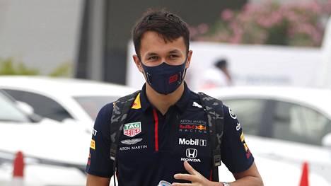Red Bull- tallin Alexander Albon Bahrainin kisan varikolla perjantaina.