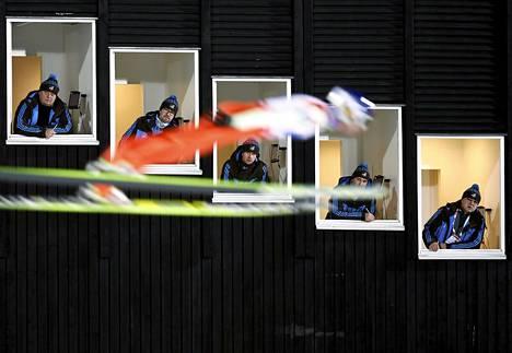 Mäkihyppääjä Janne Ahonen lensi tuomareiden ohi hiihdon MM-kisoissa Ruotsin Falunissa sunnuntaina.