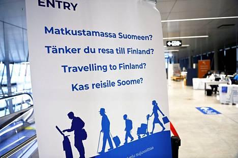 Koronavarautumisesta ja turvaväleistä muistuttavia opasteita rajatarkastuspisteessä Helsingin Länsisatamassa helmikuussa.