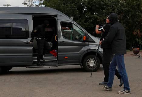 Poliisi on myös pidättänyt toimittajia Valko-Venäjällä. Kuvassa toimittajaa pidätetään torstaina 27. elokuuta Minskissä.