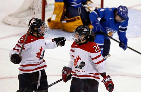 Kanadan Meghan Agosta-Marciano (vas.) ja Sarah Vaillancourt juhlivat Suomen verkkoon tehtyä maalia jääkiekon MM-kisoissa.