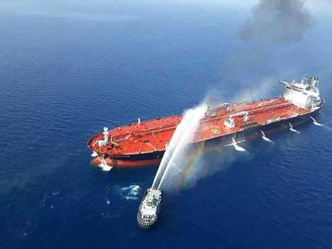 Iranilainen partiovene sammuttamassa Omanilahdella palanutta säiliöalusta torstaina.