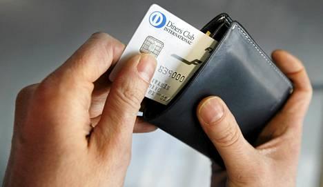 Luottokortilla voi nykyään saada lentopisteitä, plussaa, alennuksia ja vakuutuksia.