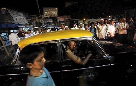 Taksikuski on juuttunut ruuhkaan Mumbaissa.