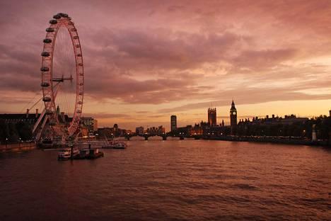 Lontoo on yhä suurten kiinteistösijoittajien suosikkikohde. Etualalla London Eye, taustalla Big Ben -kellotorni.