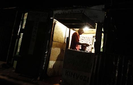 Parturi ajeli miehen päätä Kisumun satamakaupungissa, 350 kilometriä Kenian pääkaupungista länteen.