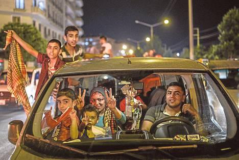Kurdipuolue HDP:n kannattajat riemuitsivat sunnuntaina Turkin kurdialueen keskuskaupungissa Diyarbakirissa tulosten luvattua puolueelle nousua Turkin parlamenttiin.