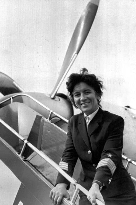 Maria Atanassova hymyilee iloisesti Lontoon lentokentällä, joka on maailman kiireisin. 35-vuotias bulgariatar suoritti moitteettoman laskun tiettävästi ensimmäisenä naisena Lontoon lentokentän kiitoradalla.