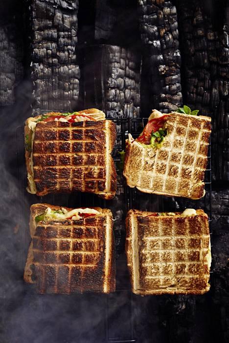 Täytetyt leivät grillataan rapeiksi halsterissa.
