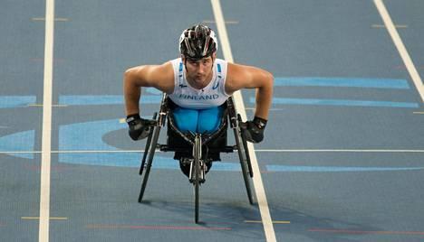 Arkistokuva. Henry Manni kelaa Rion Paraolympialaisissa.