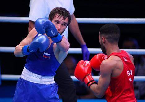 Rasul Saljev (vas.) otteli Lontoossa 16. maaliskuuta Britannian Galal Yafaita vastaan. Yafai voitti ottelun.
