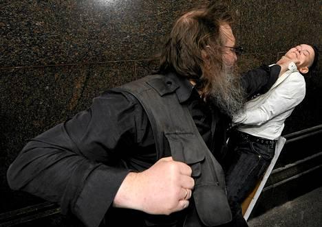 Homovastainen aktivisti löi venäläistä LGBT-aktivistia laittomassa homojen oikeuksia ajavassa tapahtumassa Moskovassa.