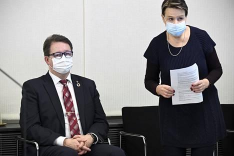 Terveyden ja hyvinvoinnin laitoksen johtaja Mika Salminen sekä sosiaali- ja terveysministeriön kansliapäällikkö Kirsi Varhila STM:n ja THL:n tilannekatsauksessa koronavirustilanteesta torstaina.