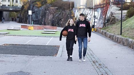 Tanja Ósk Brynjarsdóttir ja hänen isänsä Brynjar Karl Sigurðsson ovat tähtiä 22.10. ensi-iltansa saavassa dokumenttielokuvassa Tytöt, pidetään pallo.