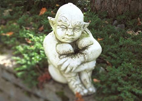 Pikku piru on istahtanut Mauno Savolaisen talon eteen tehdylle istutusalueelle. Isoa puutarhapihaa koristaa seitsemän isoa patsasta ja joukko pienempiä figuureja.