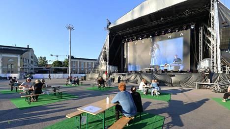 Suuren lavan taustakankaaseen heijastettiin jatkuvasti videokuvaa Evelinasta.