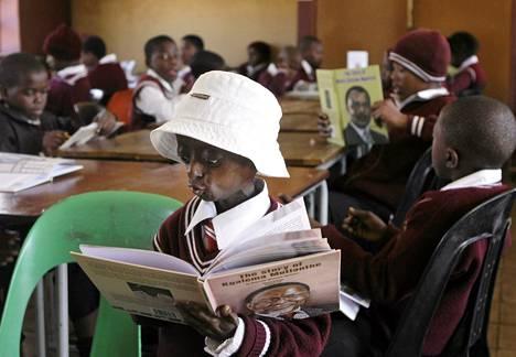 Ontlametse Phalatse luki luokalleen koulutunnilla Loraton peruskoulussa Hebronissa.