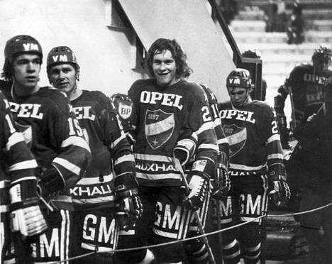 HIFK:n Jorma Immonen (15), Esa Peltonen (6), Matti Hagman (20) ja Jukka Karlsson (22) poistumassa pukuhuoneeseen joulukuussa 1974.