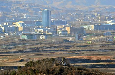 Koreat aikovat avata uudelleen yhteisen teollisuusalueensa Kaesongin (kuvassa taka-alalla). Joulukuussa 2011 otetussa kuvassa näkyy etualalla pohjoiskorealainen rajavartioasema.