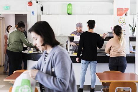 Jaakko Malila työskenteli Uudenmaankadun vastaanottokeskuksen ruokalan tiskin takana perjantaina.