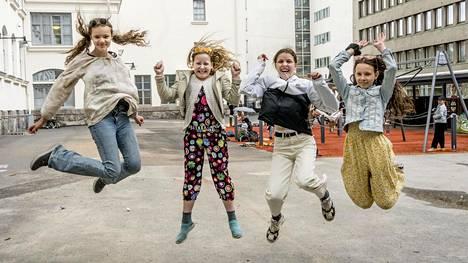 Martta Murdvee, Katri Mettänen, Angela Peci ja Villa Ruscica iloitsivat kahdesta viimeisestä kouluviikosta.