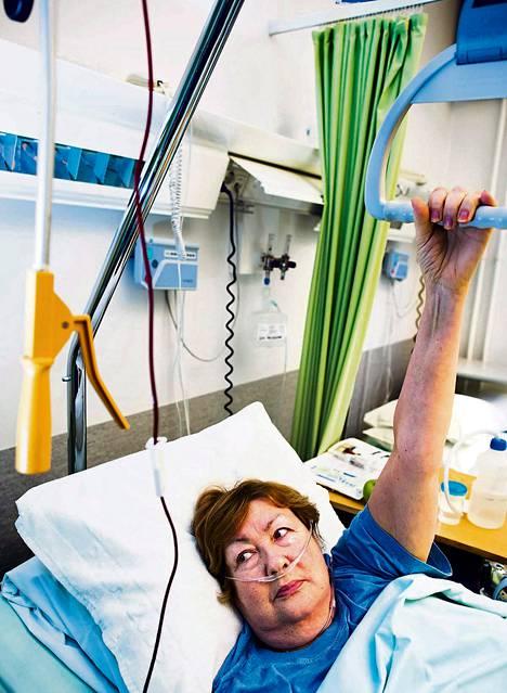 """Polvileikkauksessa ollut Galina Džikija on tyytyväinen venäjää osaavaan iloiseen henkilökuntaan ja nopeaan kuntoutumiseensa Orton-sairaalassa. """"Pian pääsen tanssimaan"""", hän sanoo."""