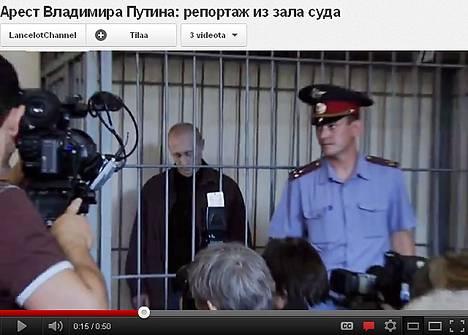 Youtube-videolla Vladimir Putin näyttäytyy kaltereiden takana.