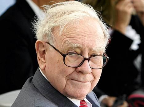 Sijoittajanero Warren Buffet osallistui leikkaustyökaluja tekevän tehtaan avajaisiin Iwakissa Japanissa maanantaina.