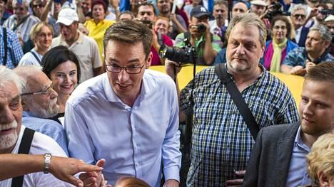 Gergely Karácsony on oppositiopuolueiden yhteinen ehdokas Budapestin ylipormestariksi. Karácsony osallistui syyskuussa solidaarisuusmielenosoitukseen sen jälkeen kun poliisi oli tehnyt ilman perusteita kotietsinnän Budapestin 8. kaupunginosan pormestariehdokkaan András Pikón vaalitoimistoon.