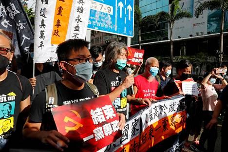 Demokratia-aktivistit marssivat Hongkongissa keskiviikkona.