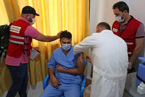 Muun muassa terveydenhuollon henkilöstöä rokotettiin viikonloppuna Syyrian Idlibissä Covax-ohjelman kautta alueelle toimitetuilla Astra Zenecan rokotteilla.