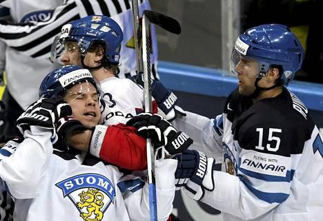 Joonas Donskoi ja Tuomo Ruutu taistelivat, Tsekki oli lopulta parempi.