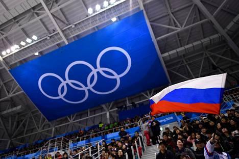 Venäjän lippu liehui katsomossa, kun Slovenia ja venäläisten olympiaurheilijoiden joukkue kohtasi helmikuussa 2018 Pyeongchanin olympialaisissa.