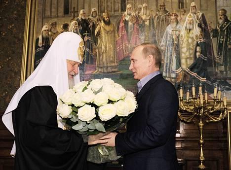 Moskovan ja koko Venäjän patriarkka Kiril sai Vladimir Putinilta kukkia täyttäessään 65 vuotta viime marraskuussa.