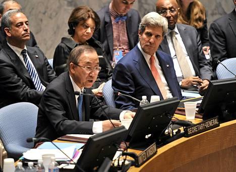 Ban Ki-moon puhui YK:ssa ennen perjantaista turvaneuvoston kokousta. Vieressä Yhdysvaltojen ulkoministeri John Kerry (oik.).