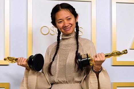 Kiinalaissyntyinen naisohjaaja Chloé Zhao teki historiaa voittamalla parhaan ohjaajan ja parhaan elokuvan pystit.