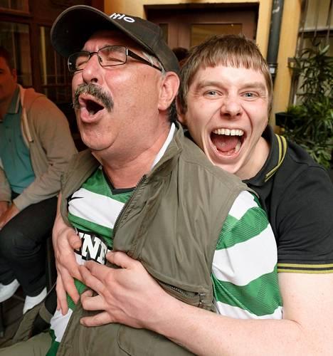 Peltiseppä Robert Verner (vas.) muutti Helsinkiin Glasgow'sta jo 30 vuotta sitten. Hän sai mieleistään seuraa, kun Ian McAully ja muut Celticin fanimatkalaiset valtasivat irkkubaarin Kaisaniemessä.