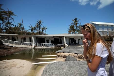 Nainen katseli Irma-myrskyn tuhoamaa kotiaan Islamorada Keysissä Floridassa keskiviikkona.