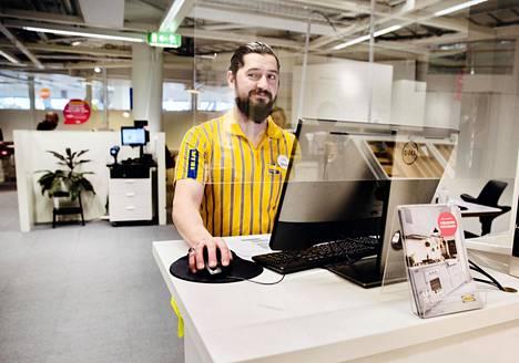Nabaz Khoshnaw puhuu Tukholman Kungens Kurvan Ikean asiakkaille lasin läpi. Kävijöiden määrä myymälässä on vähentynyt ja nettikauppa kasvanut.