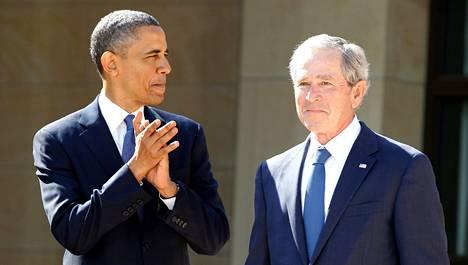 Yhdysvaltain nykyinen presidentti Barack Obama (vas.) on jatkanut edeltäjänsä George W. Bushin aloittamaa tiedustelupolitiikkaa. Obama ja Bush tapasivat huhtikuussa Dallasissa Bushin mukaan nimetyn instituutin avajaisissa.