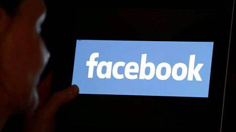 Facebookin toivotaan estävän rokotevastaisen tiedon leviämistä. Yhtiön logo kuvattuna iPadin näytöllä.