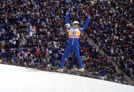 Matti Nykänen juhli Calgaryn olympialaisissa vuonna 1988 kolmea kultamitalia. Näistä ensimmäinen tuli normaalimäessä.