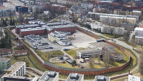 Muuri eristää vangit Helsingin vankilan eli Sörkan alueelle. Muurin sisäpuolelle päässyt koronavirus voisi levitä nopeasti ja aiheuttaa pahaa jälkeä, koska monet vangit kuuluvat riskiryhmään päihteiden käytön, perussairauksien ja diagnosoimattomien sairauksien vuoksi.