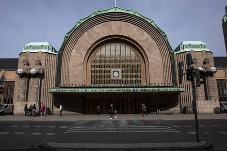 Poliisi sai hälytyksen Helsingin päärautatieasemalle maanantaina illalla puoli yhdeksän aikaan. 24-vuotias kuoli vammoihin paikan päällä.