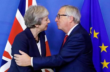 EU-komission puheenjohtaja Jean-Claude Juncker toivottaa pääministeri Theresa Mayn tervetulleeksi poskisuudelmin EU-johtajien huippukokoukseen lokakuussa 2018.