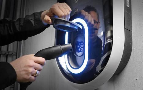Uudella lailla halutaan lisätä sähköautojen latauspisteitä.