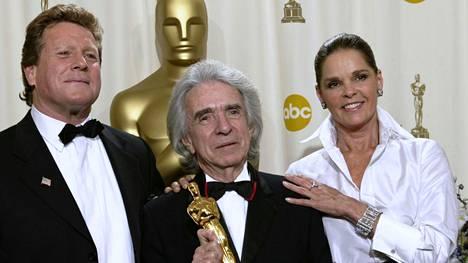 Kanadalainen elokuvaohjaaja Arthur Hiller, keskellä, pitelee humanitaarisesta työstä voittamaansa Jean Hersholt -palkintoa vuonna 2002. Vieressä Hillerin jättihitin Love Storyn näyttelijät Ryan O'Neal (vas.) ja Ali McGraw.