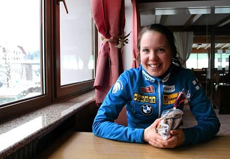 Kerttu Niskanen sai HS-kuriirin tuoman leipälähetyksen torstaina.