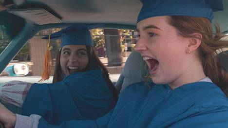 Molly (Beanie Feldstein) ja Amy (Kaitlyn Dever) tavoittelevat korkeakoulutusta.