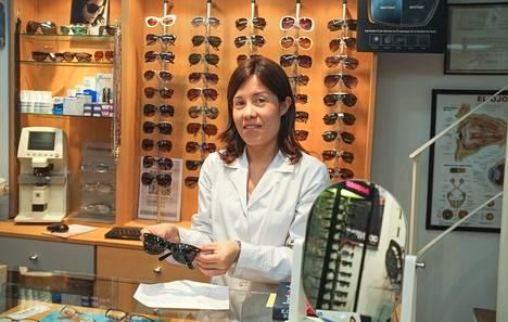 Optikkoliikkeen myyjä <nimi>Analía Blanco</nimi> kertoo, että on odottanut jo maaliskuusta lähtien varaosia asiakkaansa rikkinäisiin Ray-Ban -aurinkolaseihin.